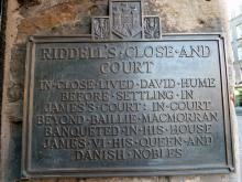 Plaque at Riddell's Close in memory of Queen Anne (Anne of Denmark, wife of James VI of Scotland))